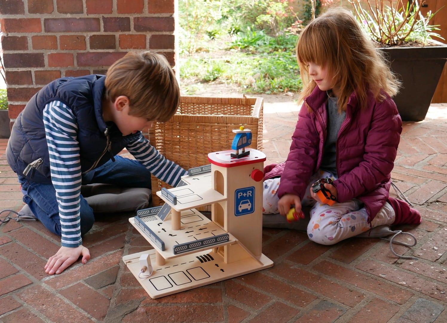 holzspielzeug gewinnspiel eine tolle parkgarage f r bruder und schwester. Black Bedroom Furniture Sets. Home Design Ideas