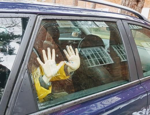 kind ist im auto eingeschlossen