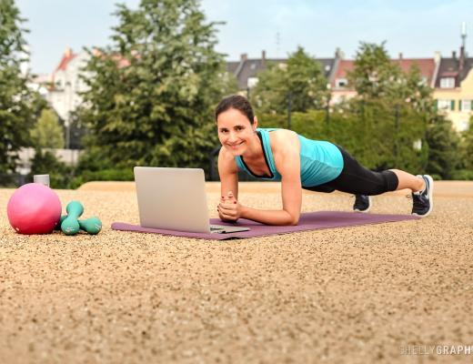 Frau zeigt Plank