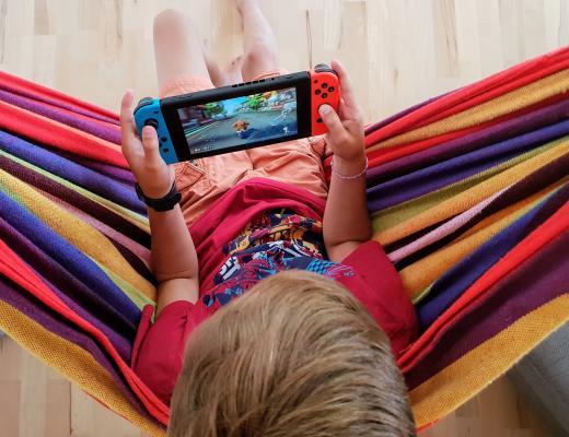 Junge spielt Nintendo Switch