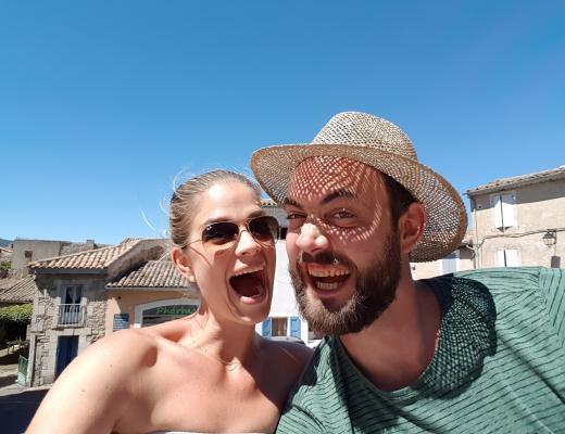 Paar im Sommer lachend
