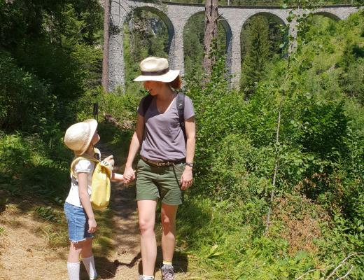 Mutter und Tochter beim Wandern in der Schweiz