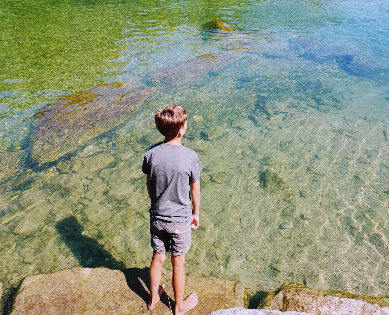 Junge schaut auf Fluss hinaus