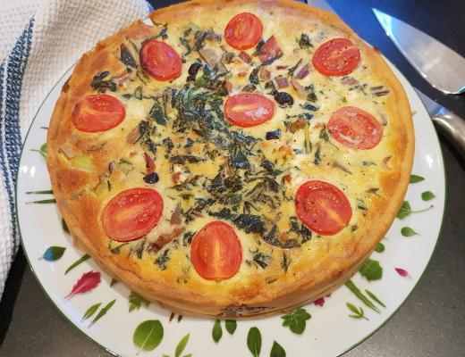 Mangold Quiche vegetarisch angerichtet auf Teller