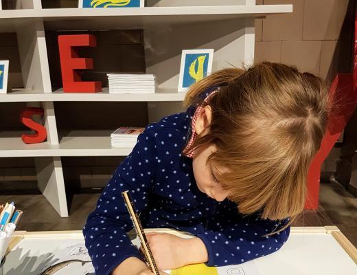Grundschulkind macht Hausaufgaben
